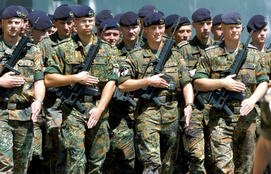 Die deutsch-französische Brigade marsc...üllheim will das mancher nicht dulden.  | Foto: A2070 Rolf Haid
