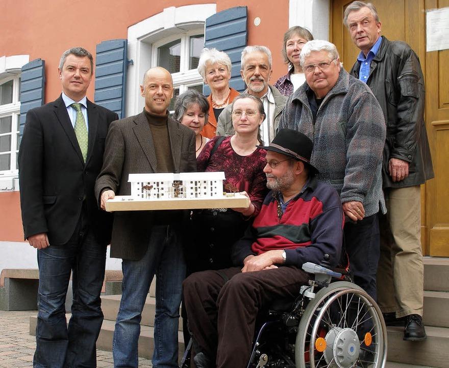 Sie wollen in Gottenheim   ein  Mehrge...(links) vor dem Rathaus in Gottenheim   | Foto: Schmidt