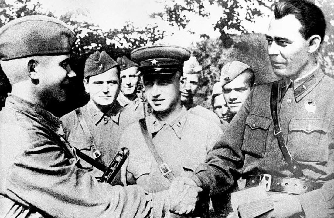 Leonid Breschnew (r.) , später  Genera...e ihn ging die Wehrmacht gezielt vor.   | Foto: afp