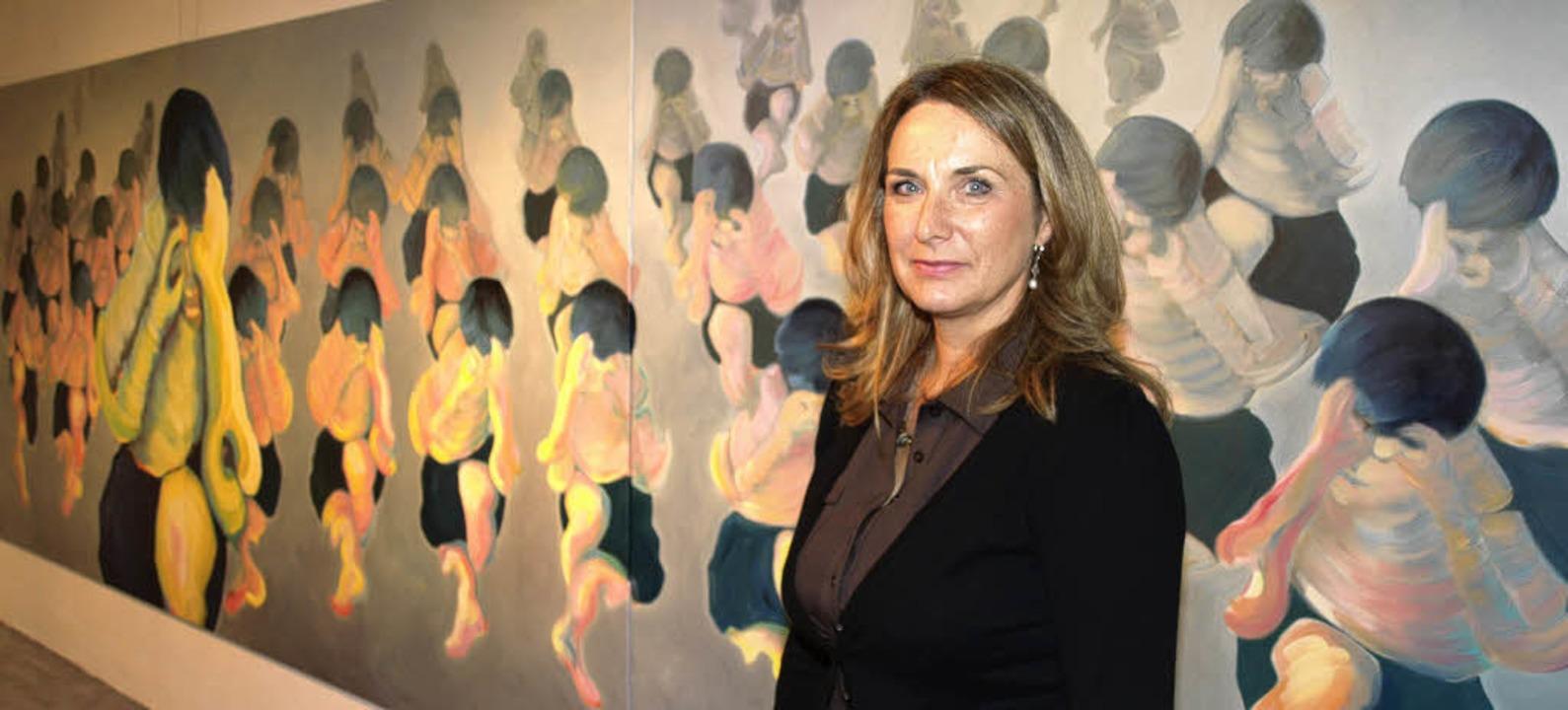 <Bildtext>Birgitt Fuchs vor einem ihrer großen Werke</Bildtext>.   | Foto: marion pfordt