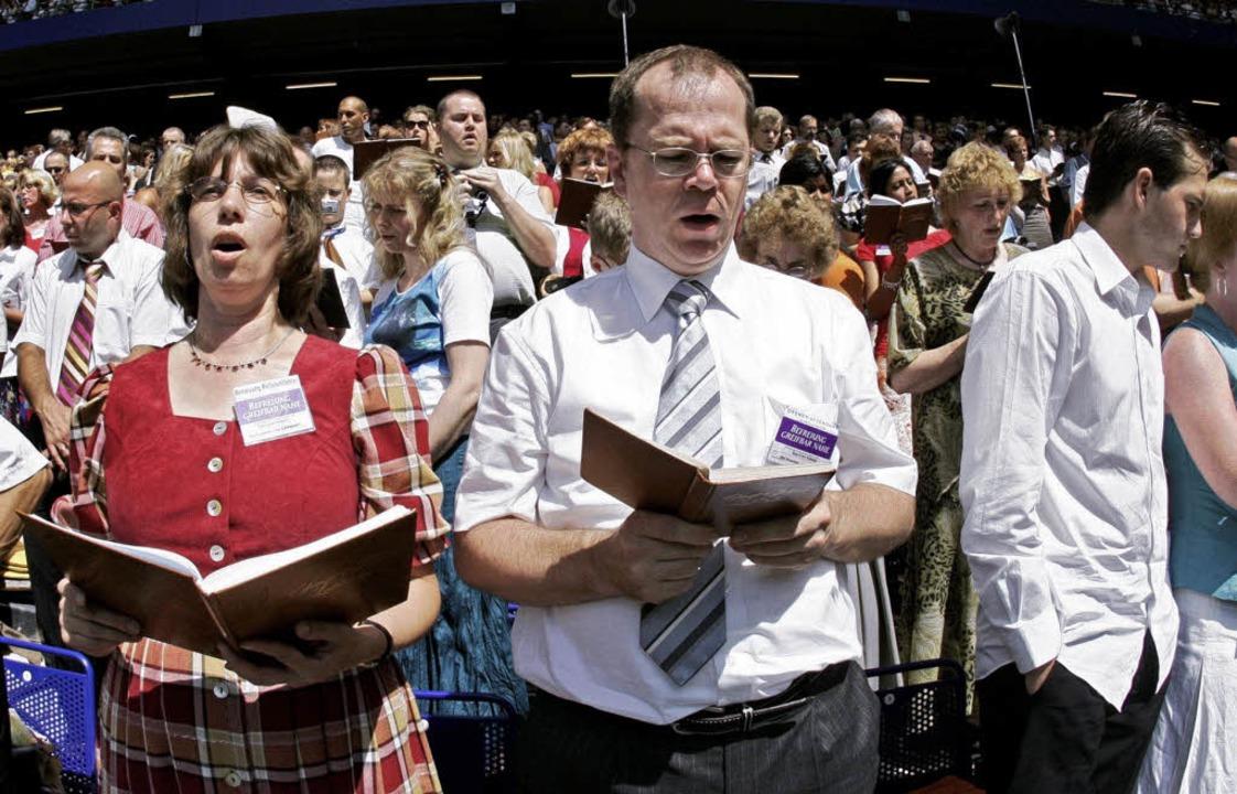 Die Zeugen Jehovas wollen Körperschaft...Recht zur Erhebung von Kirchensteuer.   | Foto: dpa