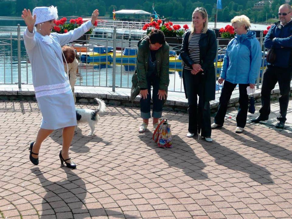Frau von Pösel tanzt auf der Seebühne Charleston.   | Foto: Peter Stellmach