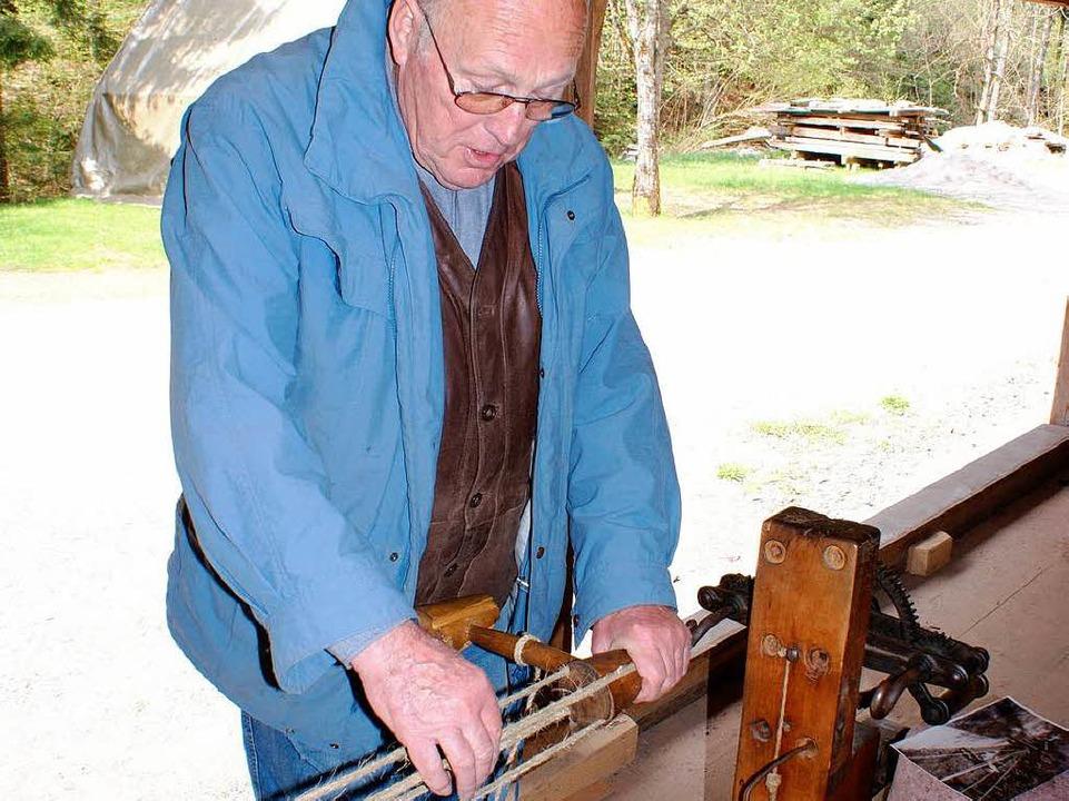 Theo Gremmelspacher  zeigt in der Seilerei, wie Seile hergestellt wurden.  | Foto: karlheinz scherfling