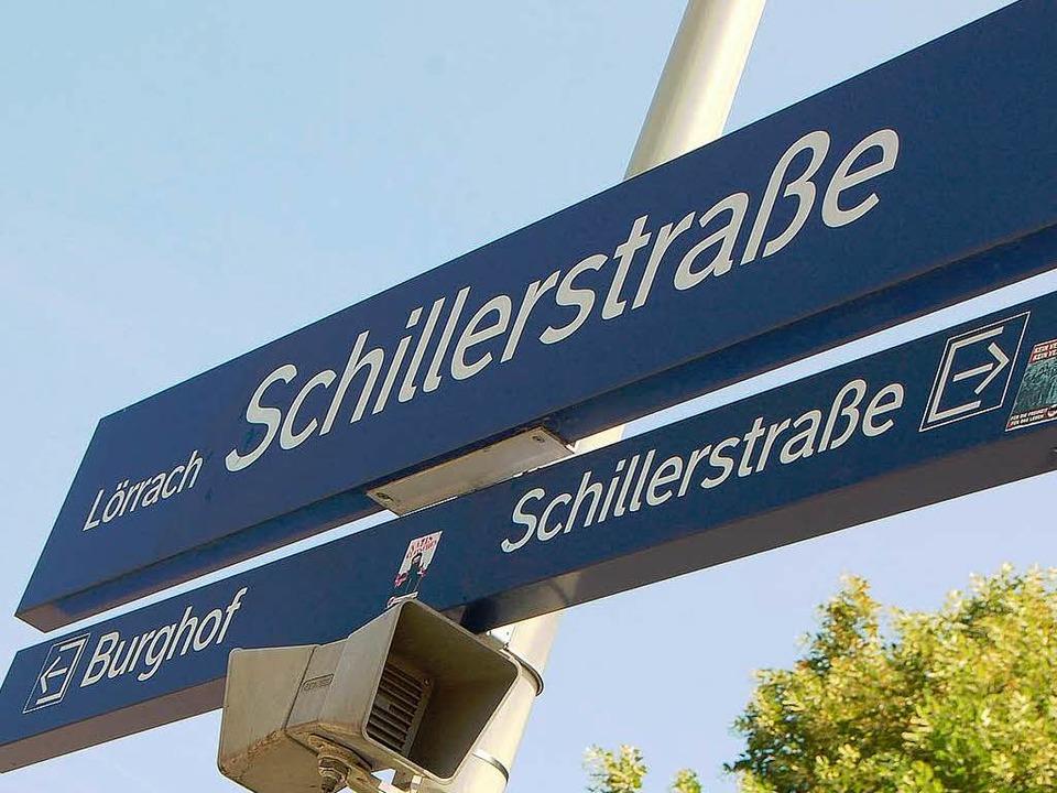 Der Name Schillerstraße verschwindet a...en, der neue Name: Aichelepark/Burghof  | Foto: Nikolaus Trenz