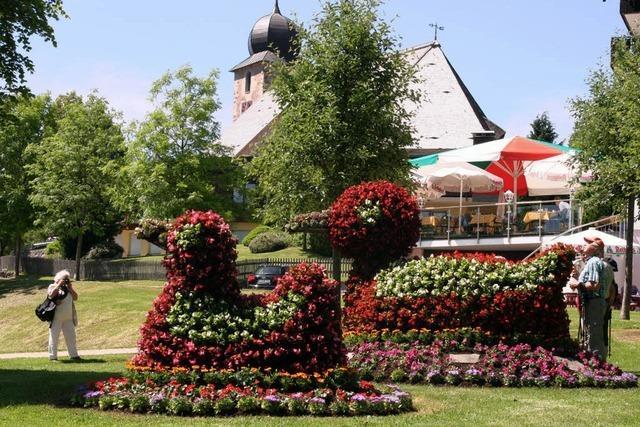 Blühende Skulpturen an den Ortseingängen