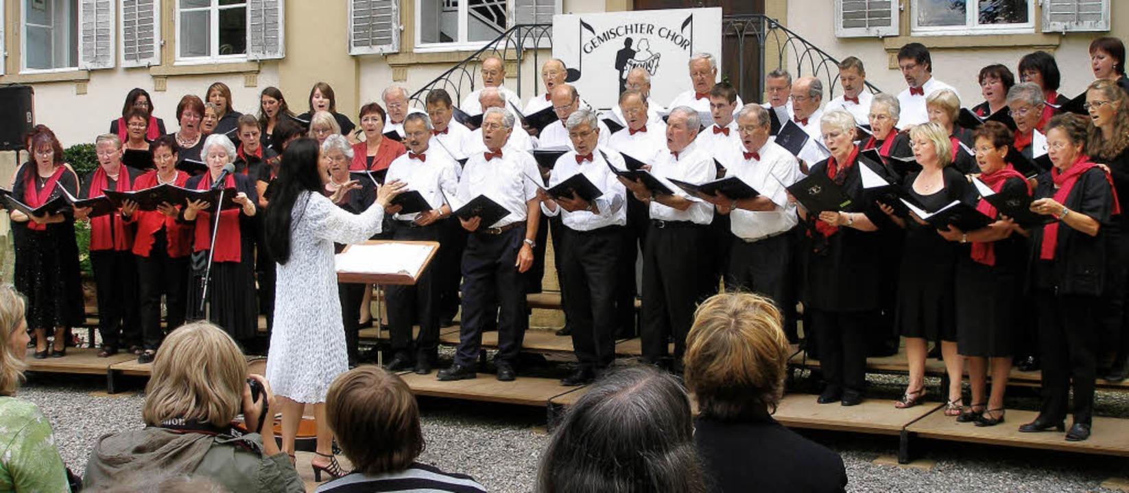 Der gemischte Chor Eintracht Hugstette...abei mit dem Schloss als Kulisse auf.     Foto: barbara schmidt