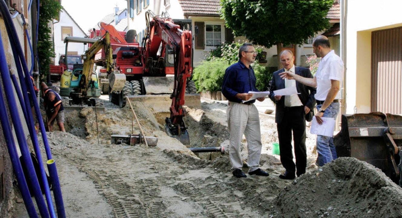 Bürgermeister Dietmar Benz (Mitte) läs...nfang August sollen sie beendet sein.     Foto: Erika Sieberts