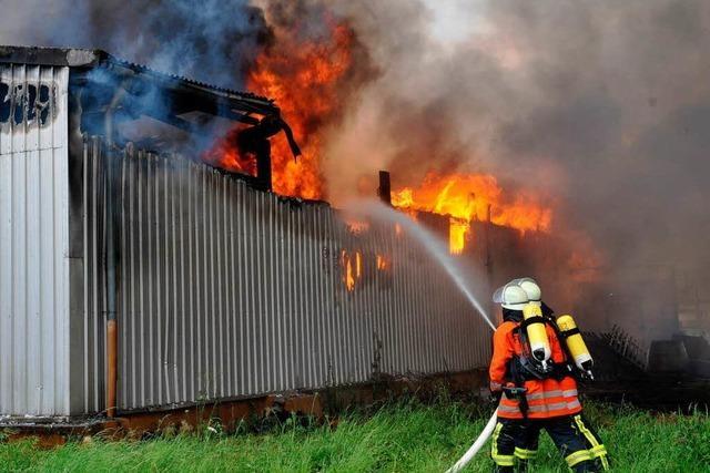 Lagerhalle in Riegel brennt komplett nieder