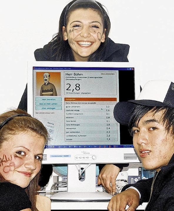 Drei Donaueschinger Schüler begutachte...an und Quang-Huy-Ly Pham (von links).   | Foto: Dangel