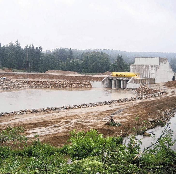 Der Bau des Hochwasserrückhaltebeckens...nd dann in das eigentliche Flussbett.     Foto: Reichart