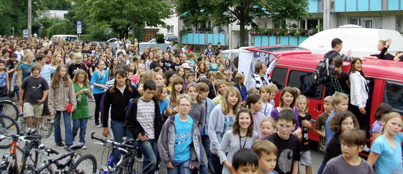 Ausgelassen feierten die Abiturienten ... mit den Schülern des Kant-Gymnasiums   | Foto: TEUBER