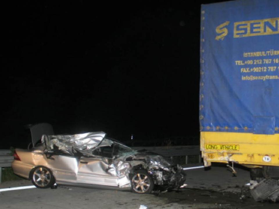 Das Wrack nach dem Unfall: Der Mercede...te offenbar einen Schutzengel an Bord.    Foto: Polizei