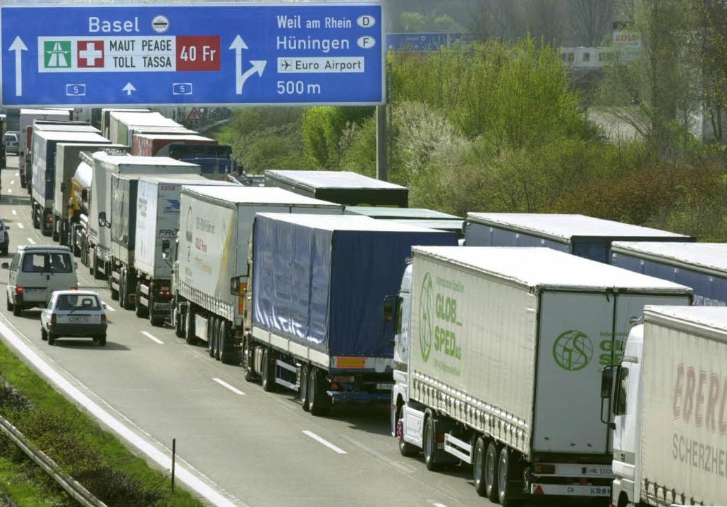 Ein alltägliches Bild: Lastwagen vor der deutsch-schweizerischen Grenze.    Foto: Rolf Haid
