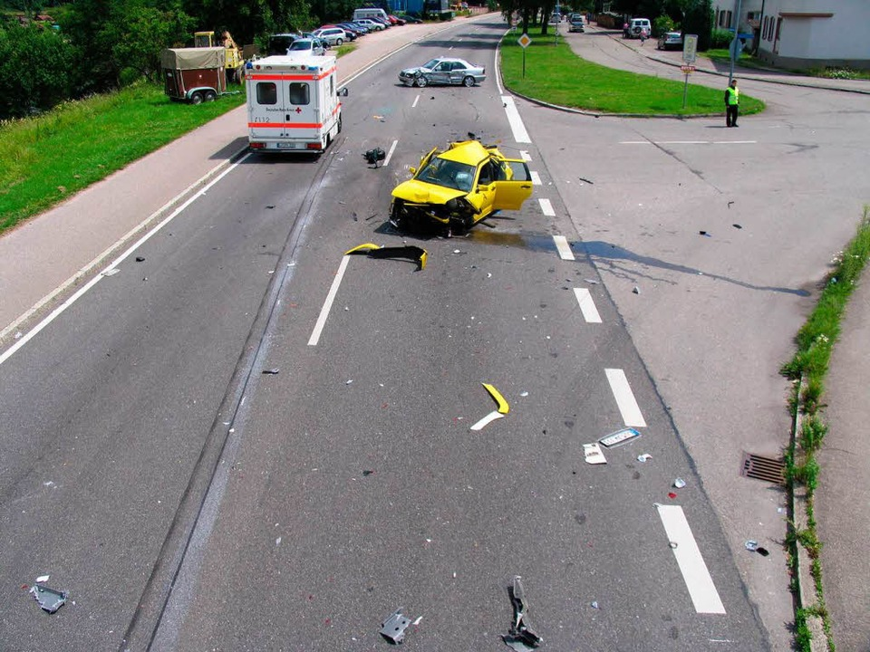 Nur noch ein Blechknäuel: Die Fahrerin...ben Kleinwagens wurde schwer verletzt.  | Foto: Polizei