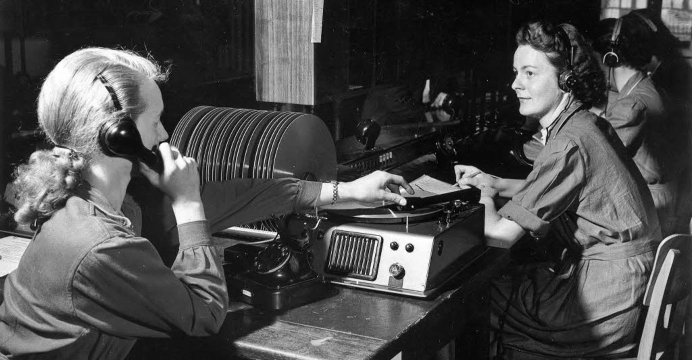 Achtung Aufnahme: Angestellte der Bund...Gespräche auf Schallplatte auf (1953).  | Foto: ULLSTEIN /BZ