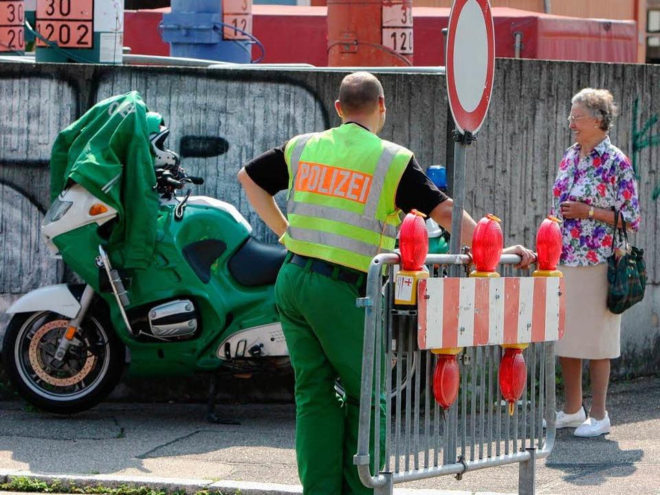 Hier kommt keiner durch: Die Polizei riegelt den Gefahrenbereich ab.  | Foto: Dominic Rock