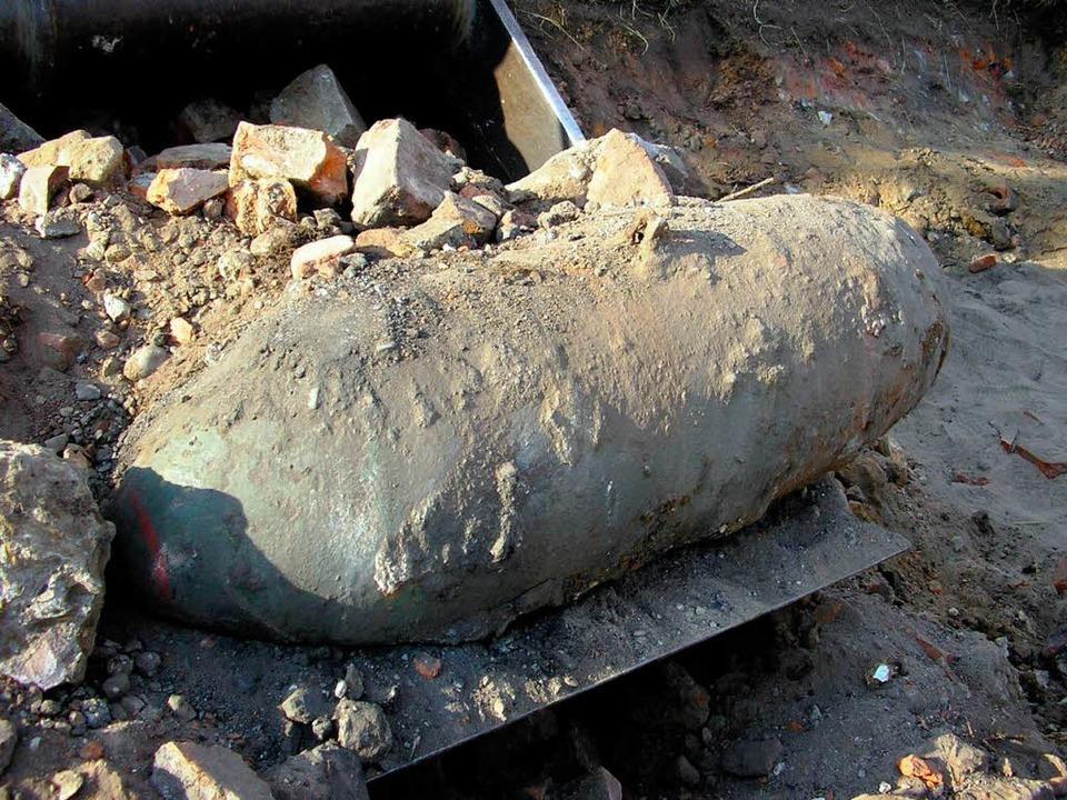 Diese Bombe wurde am Dienstag in Hanno...r stoßen immer wieder auf Blindgänger.  | Foto: ddp