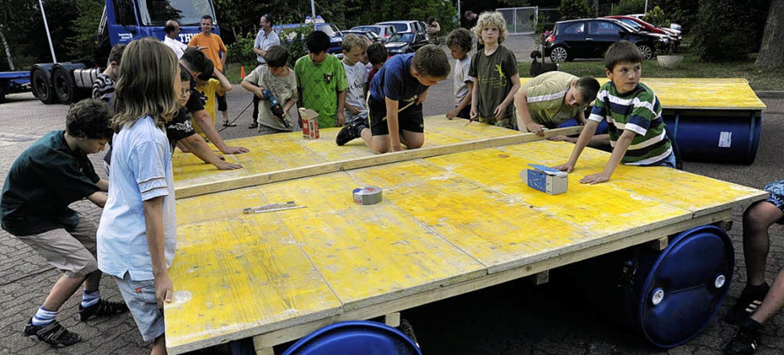 Für das Zeltlager bauten Kinder der E-...einenstadt zu Wasser gelassen werden.   | Foto: Münch