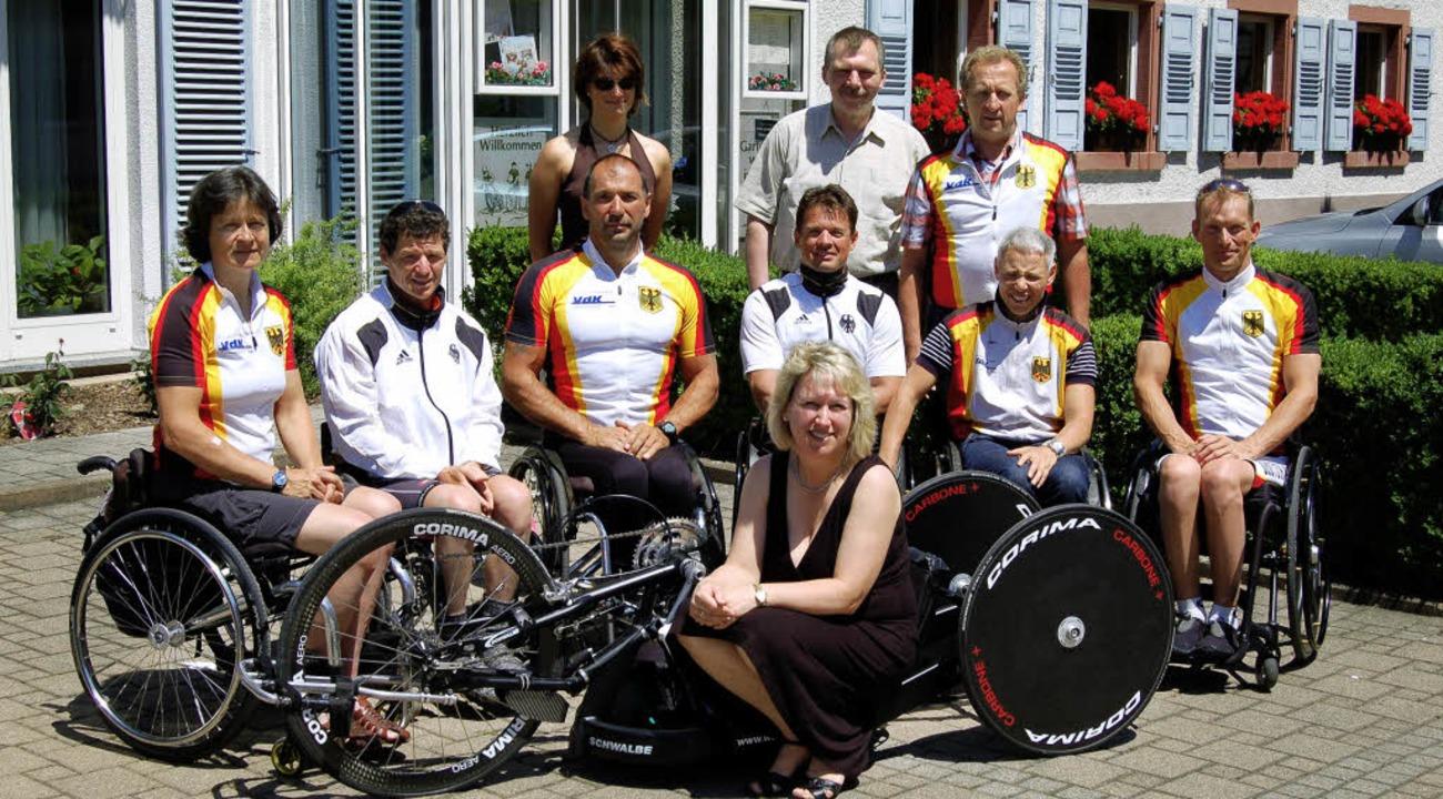 Die Nationalmannschaft der Hand-Biker ...d Ortsvorsteherin Fränzi Kleeb (vorn)   | Foto: Ringwald