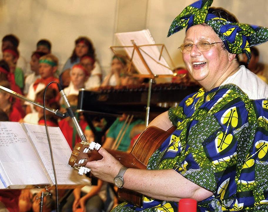 Sammelte bei ihrer Abschiedsfeier Geld...e Gruber in buntem afrikanischem Tuch.  | Foto: Heidi Fössel
