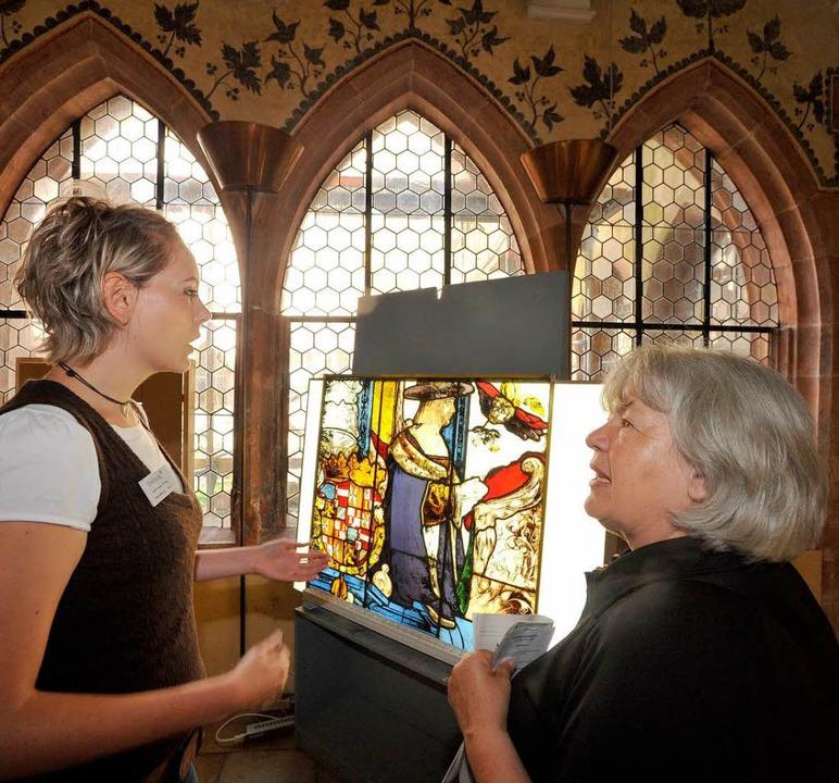 Petra Ulrich (links) erklärt, wie man Glasmalerei restauriert.    Foto: Michael Bamberger