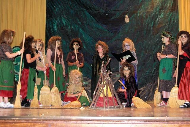 Viele Hexen wirbeln über die Bühne