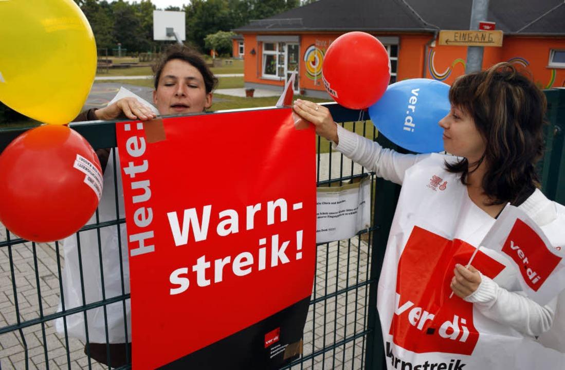 Arbeitskampf: Luftballons mal nicht zu...igung, sondern zur Streik-Untermalung.  | Foto: dpa