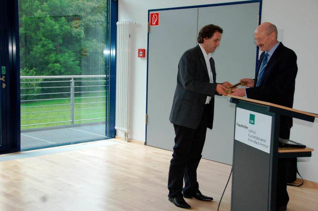 Architekt Toni Weber (links) übergab K...es Instituts, den Schlüssel zum Anbau.  | Foto: Markus Maier