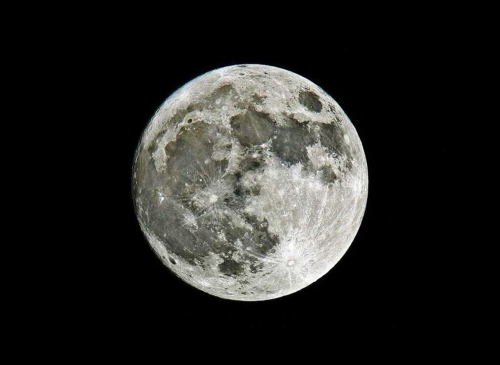 Der Mond im vollen Sonnenlicht  | Foto: dpa