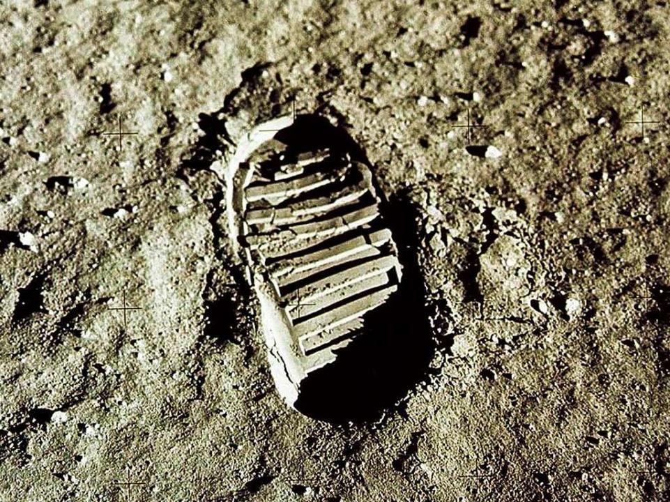 Ein Fußabdruck des amerikanischen Astronauten Edwin E. Aldrin im Mondsand  | Foto: dpa
