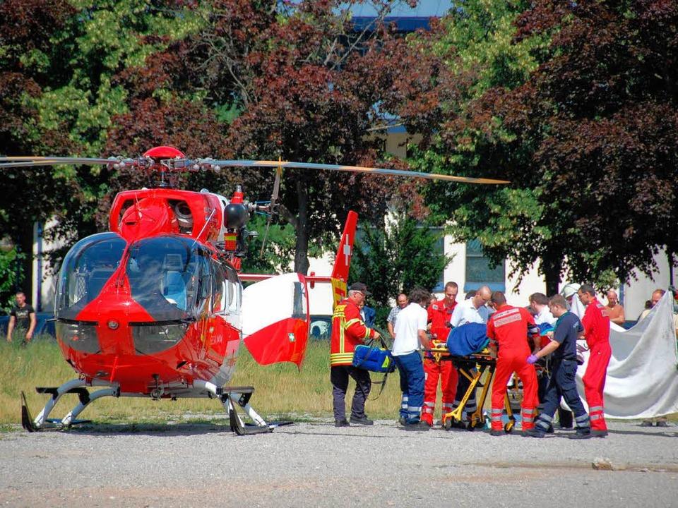 Ein Rettungshubschrauber musste den Verletzten ins Krankenhaus bringen.  | Foto: Hannes Lauber