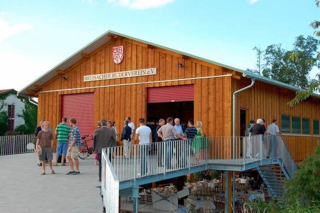 Die neue Bootshalle am Rheinufer ist fertig