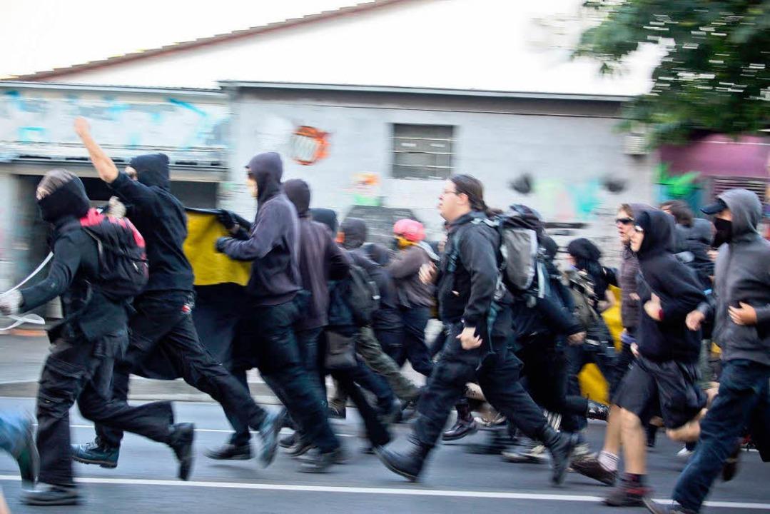 Der schwarze Block: Autonome bei der Demonstration am Samstag.  | Foto: Nicolas Rogoll