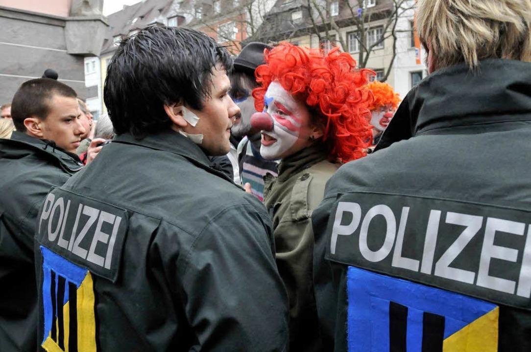 Clowns kontra Polizei: eine Szene von der Demo am 30. März.  | Foto: Ingo Schneider