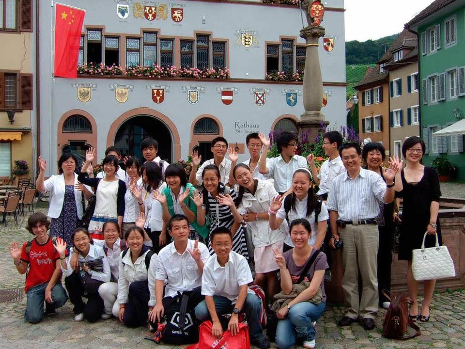 Die Gastschüler aus Shanghai vor dem Staufener Rathaus.  | Foto: Rainer Ruther