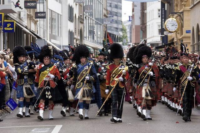 Volksfest mit Parade der Pfeifer