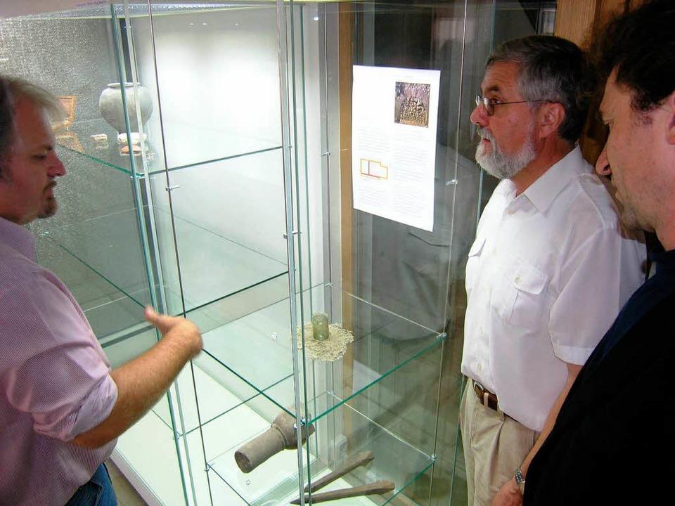 Bertram Jenisch (links) von der Denkma...e im Archäologischen Museum in Riegel.  | Foto: Michael Haberer