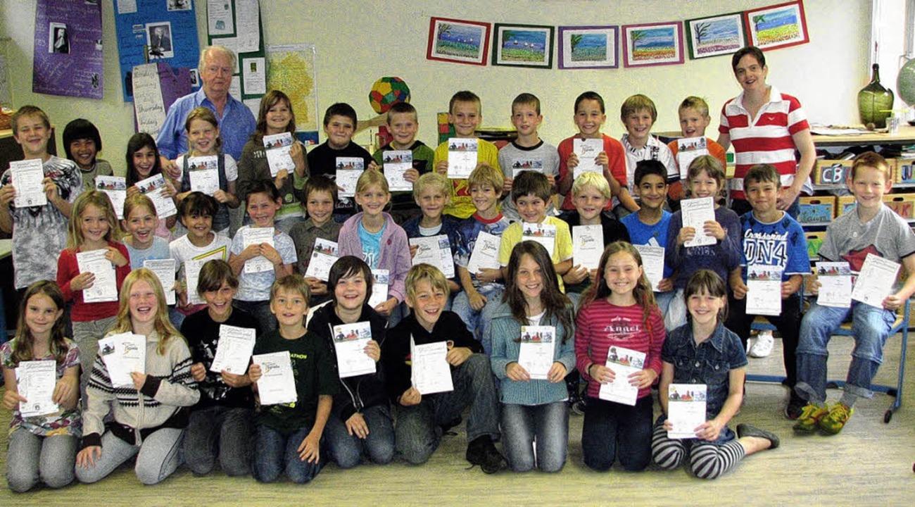 35 Schülerinnen und Schüler aus den Kl...n sie von Hans Velten (hinten links).     Foto: susi Kanele