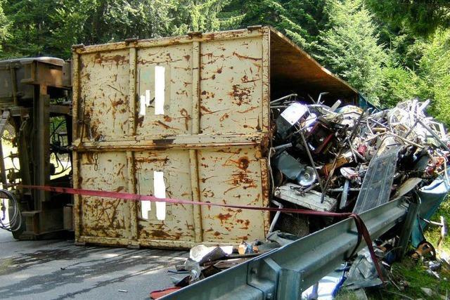 Lkw-Anhänger kippt bei Bad Peterstal um