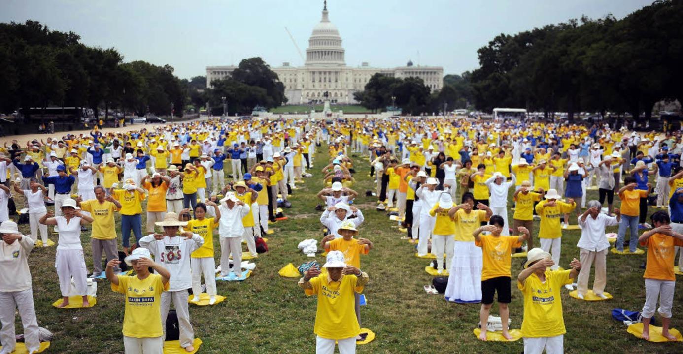 Falun-Gong-Anhänger aus aller Welt meditieren vor dem Kapitol in Washington.   | Foto: AFP