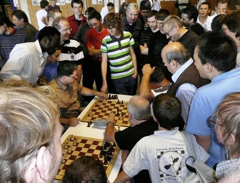 Zwei Spieler und zahlreiche sachkundige Zuschauer am Brett: Stichkampf.   | Foto: Verein