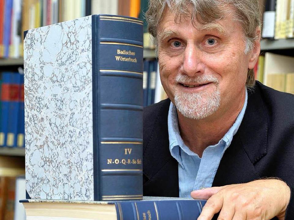 Rudolf Post mit dem Badischen Wörterbuch.  | Foto: Thomas Kunz