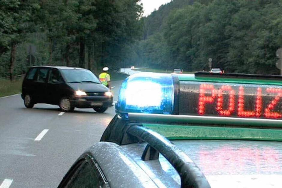 Die Polizei sperrt die Strecke sofort ab. (Foto: Martin Ganz)