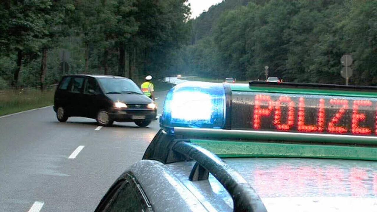 Die Polizei sperrt die Strecke sofort ab.  | Foto: Martin Ganz