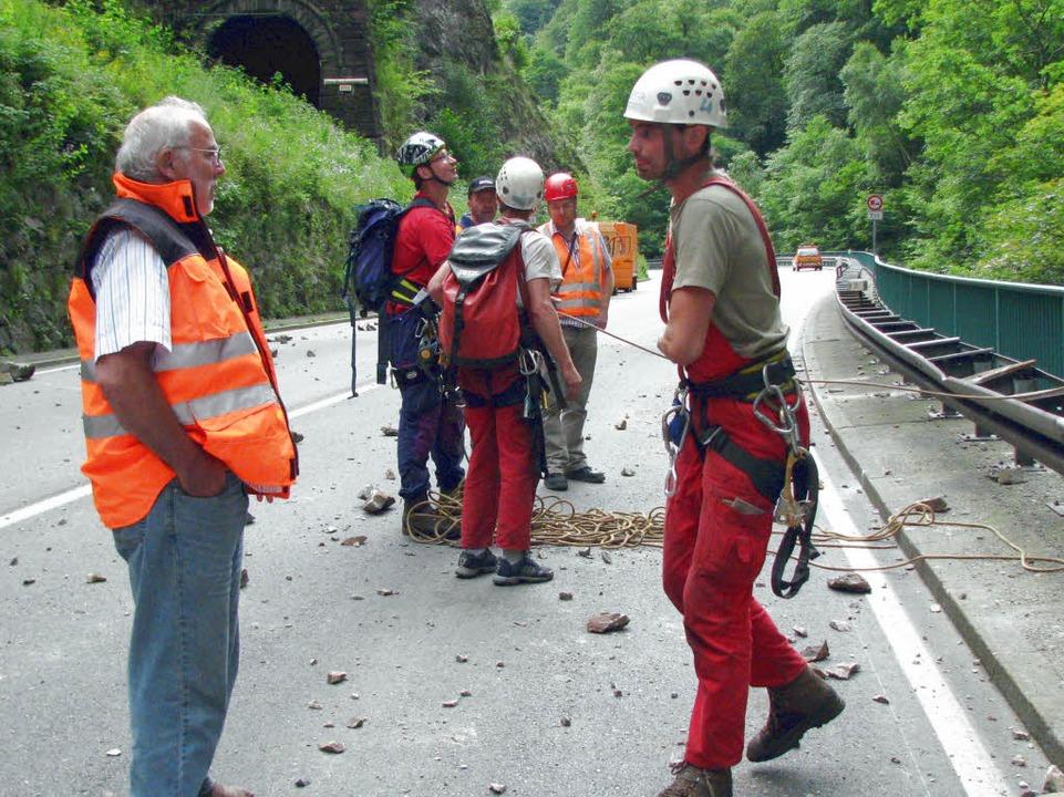 Mitarbeiter einer Felssicherungsfirma ...der Sicherung der Felswand beauftragt.