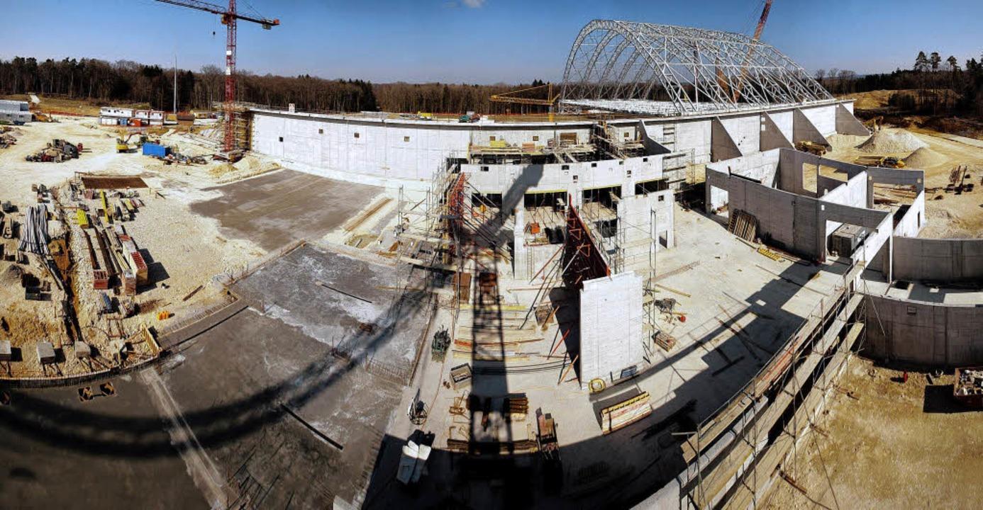 Die Bauwerke für die  Sanierung in Bon...om Frühjahr) deuten deren Ausmaß an.    | Foto: BZ
