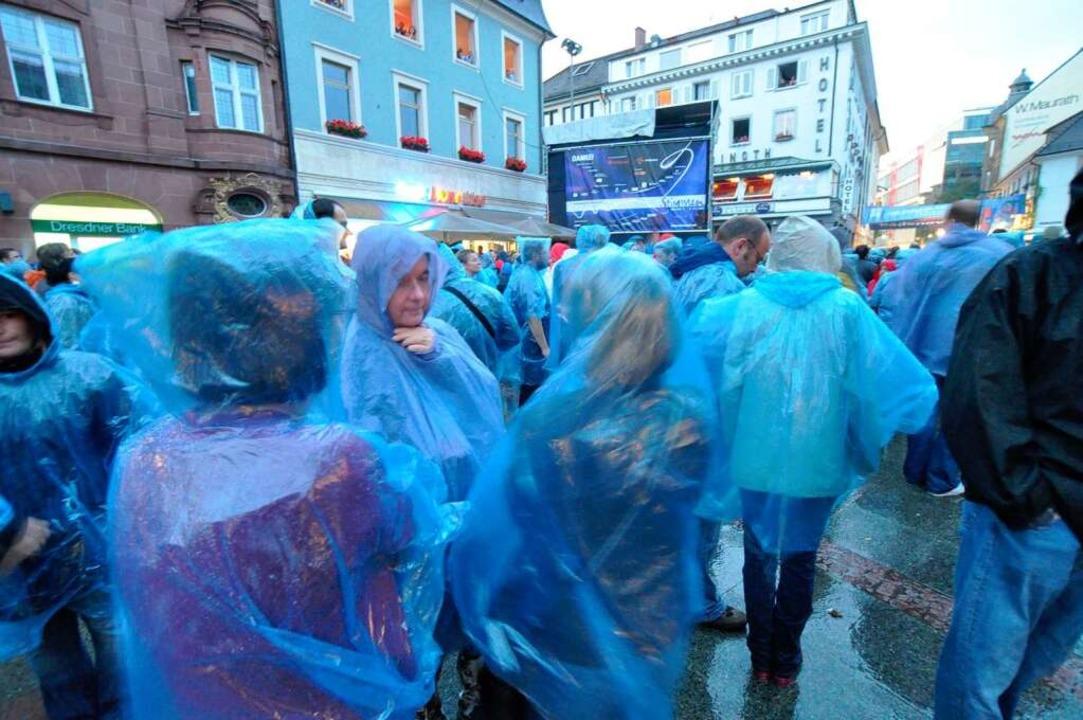 Blaue Regencapes waren erste Wahl beim Konzert von Tracy Chapman  | Foto: Barbara Ruda