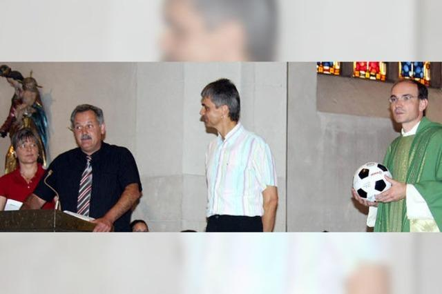 Pastoralreferent Ralf Ochs erhält Lob und einen Ball