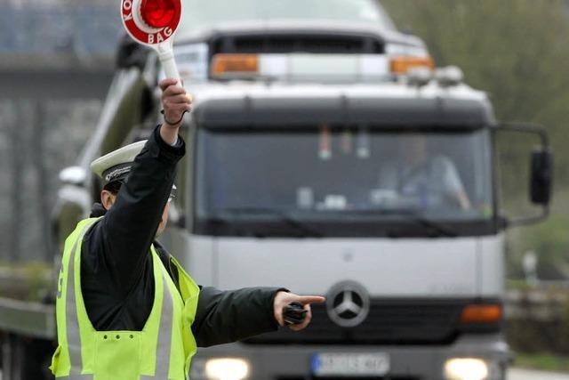 Polizei stoppt defekten Gefahrguttransporter