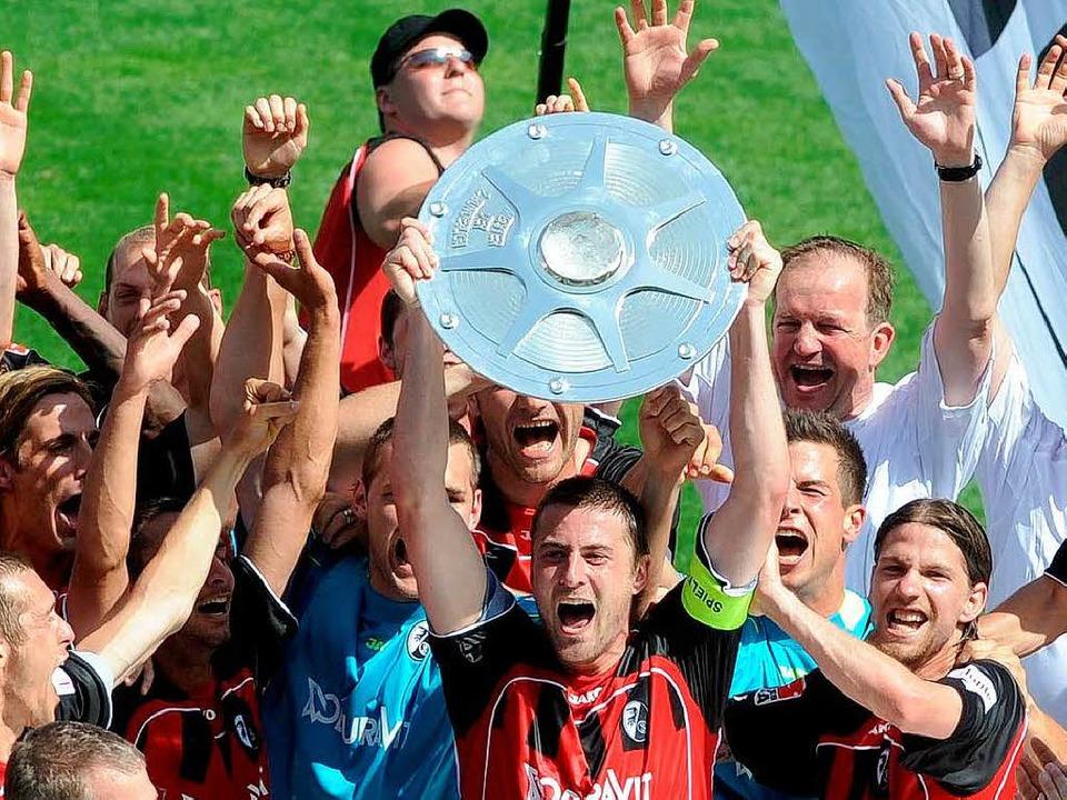 Hoch die Schale – der SC Freiburg ist zurück in der Bundesliga.  | Foto: schön